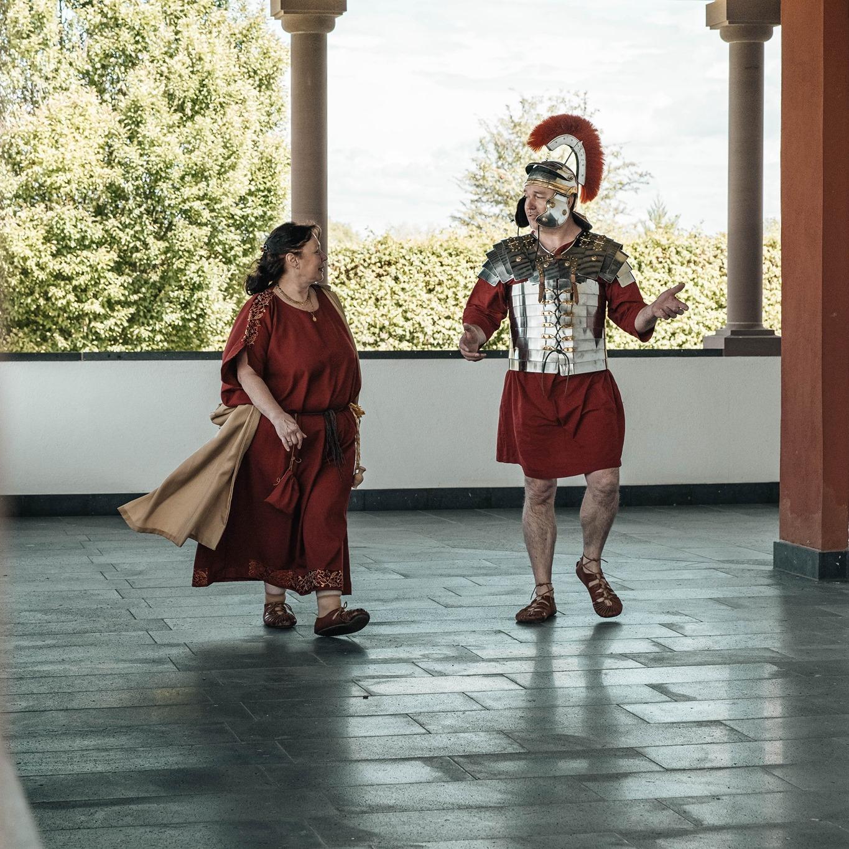 Andi und Gaby von den Ferienhäusern Mosel Chalets in ihrem zweiten Leben als Römer bei einer Führung auf dem Martberg