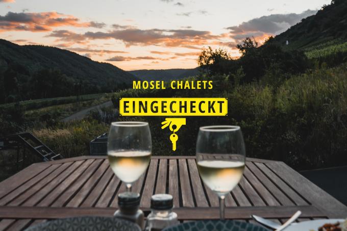 Mosel-Chalets Terrasse mit Wein